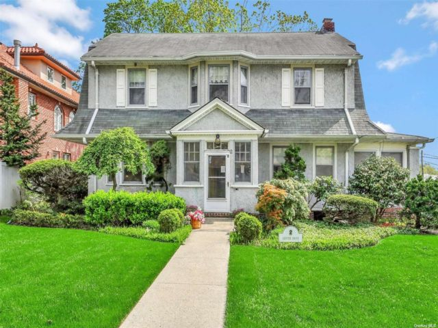 4 BR,  3.00 BTH Colonial style home in Malba