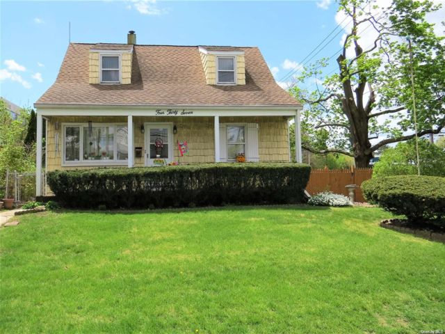 4 BR,  1.00 BTH Exp cape style home in Hewlett