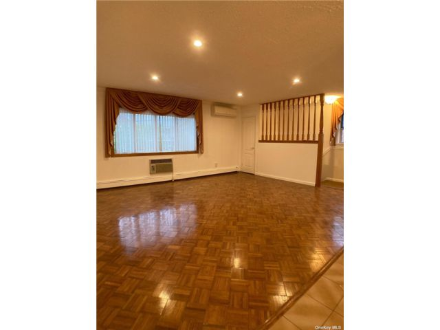 3 BR,  2.00 BTH Apt in house style home in Flushing