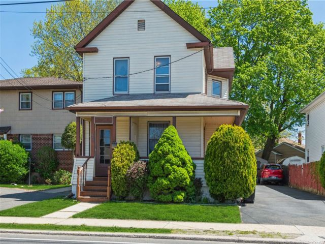 3 BR,  2.00 BTH 2 story style home in Franklin Square