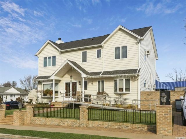 6 BR,  3.00 BTH Colonial style home in Franklin Square