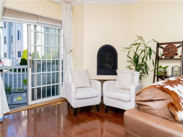 3 BR,  3.00 BTH Townhouse style home in Whitestone