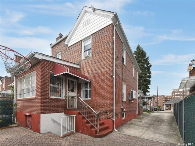 3 BR,  3.00 BTH Semi detached style home in Briarwood
