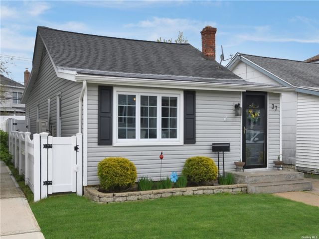 2 BR,  1.00 BTH Ranch style home in Island Park