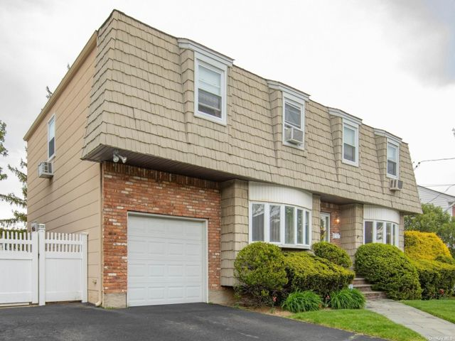 4 BR,  4.00 BTH Colonial style home in Oceanside