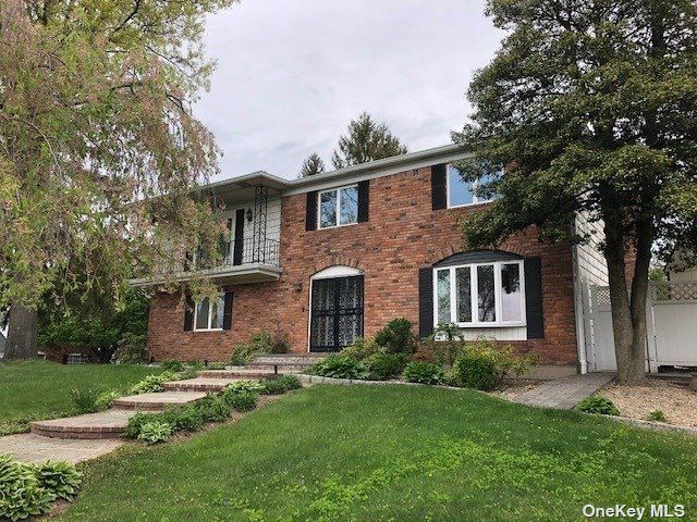 7 BR,  4.00 BTH Colonial style home in Farmingdale