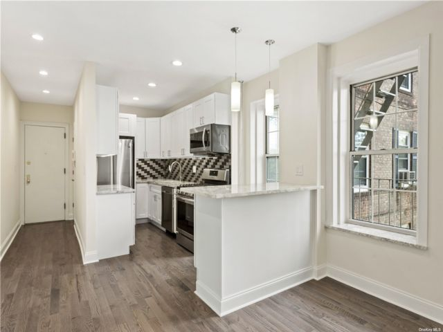 3 BR,  1.00 BTH Mid rise style home in Woodside