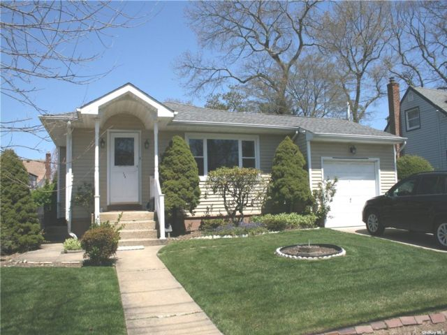 3 BR,  3.00 BTH Ranch style home in Massapequa