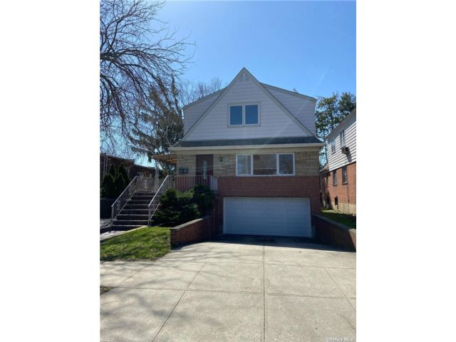 6 BR,  4.00 BTH Raised ranch style home in Rego Park