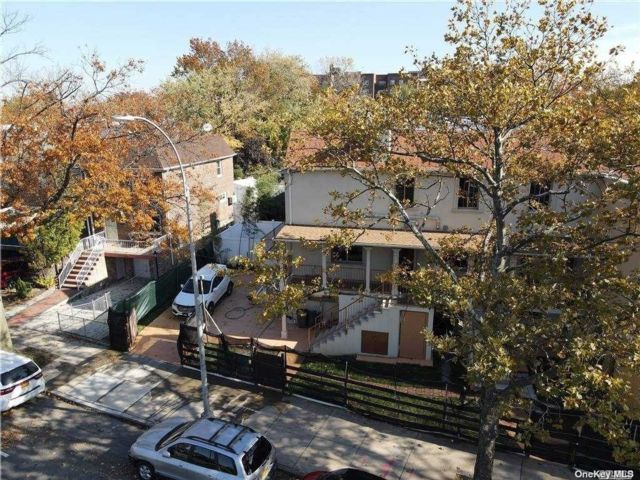 6 BR,  6.00 BTH Contemporary style home in Flushing