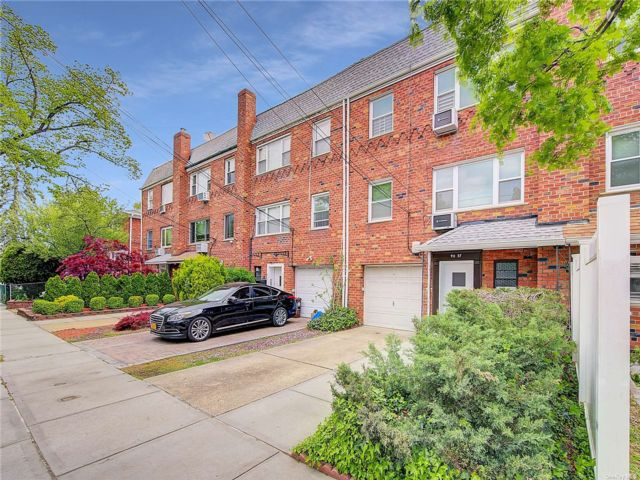 5 BR,  3.00 BTH Colonial style home in Bayside