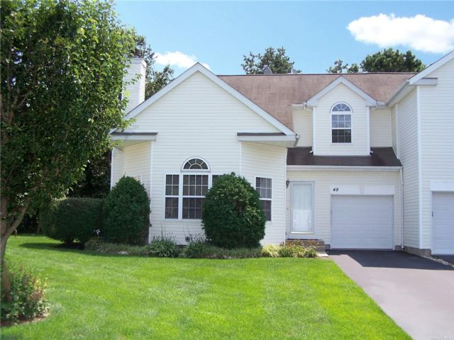 3 BR,  3.00 BTH Townhouse style home in South Setauket