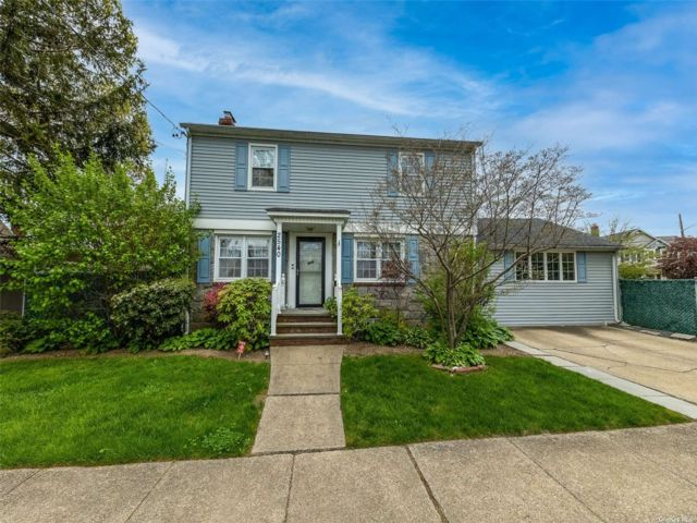 4 BR,  2.00 BTH Colonial style home in Oceanside