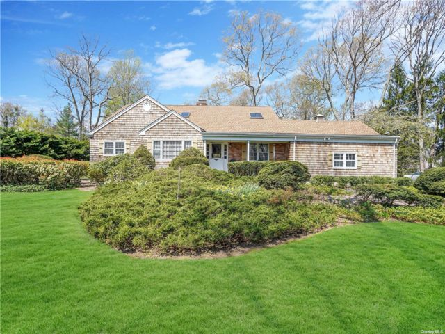4 BR,  4.00 BTH  Farm ranch style home in Smithtown