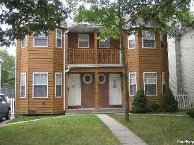 3 BR,  3.00 BTH Townhouse style home in Port Washington