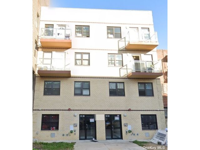 10 BR,  8.00 BTH Mid rise style home in Elmhurst