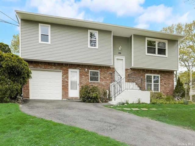 5 BR,  2.00 BTH Hi ranch style home in Lake Ronkonkoma