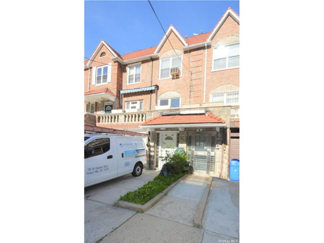 5 BR,  3.00 BTH Townhouse style home in Rego Park