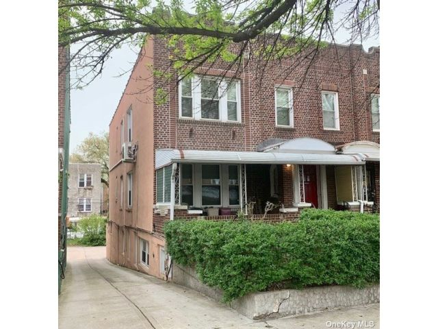 6 BR,  3.00 BTH Colonial style home in Sunnyside
