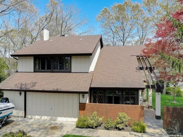 5 BR,  3.00 BTH Colonial style home in Farmingville