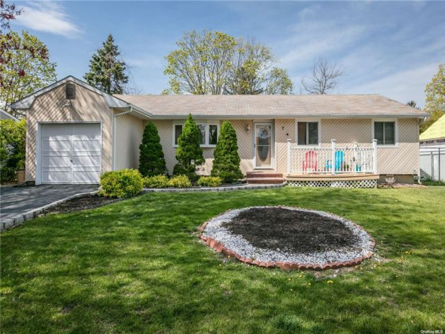 3 BR,  3.00 BTH Ranch style home in Holbrook