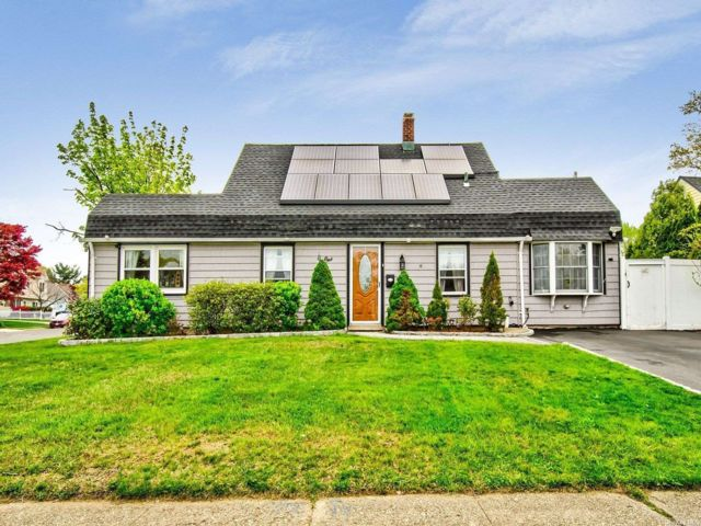 4 BR,  3.00 BTH Cape style home in Levittown