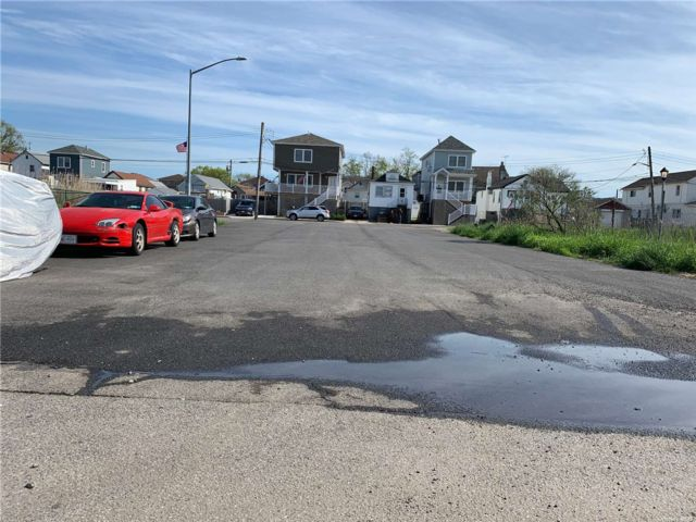 Lot <b>Size:</b> 45x106.26 Land style home in Howard Beach