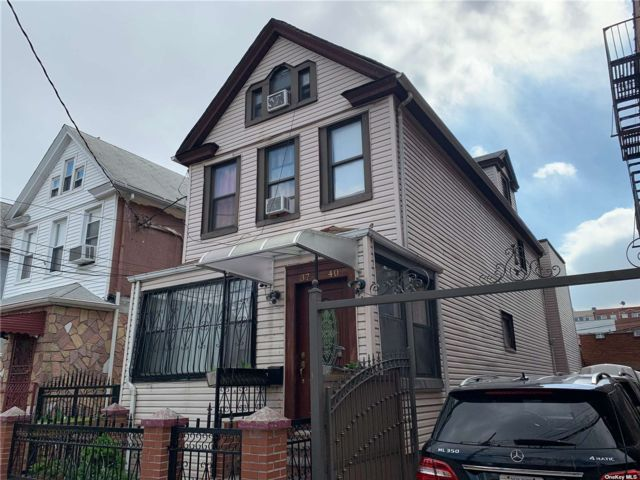 7 BR,  3.00 BTH Colonial style home in Corona