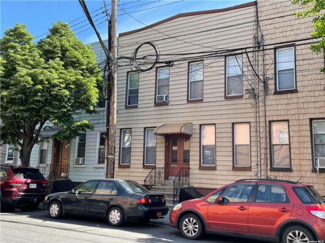 8 BR,  4.00 BTH Apartment style home in Ridgewood