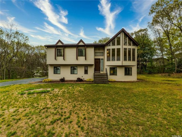 4 BR,  3.00 BTH Hi ranch style home in Coram