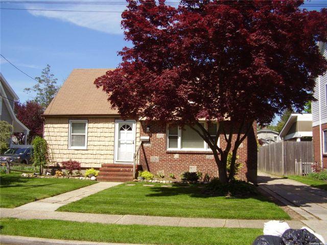 3 BR,  2.00 BTH Cape style home in Farmingdale