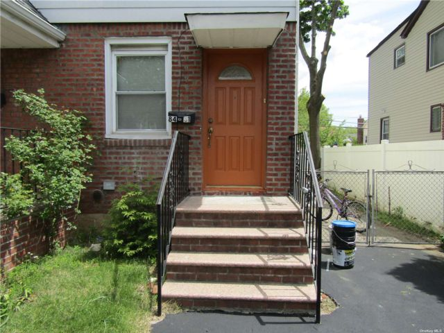 1 BR,  1.00 BTH Cape style home in Bellerose