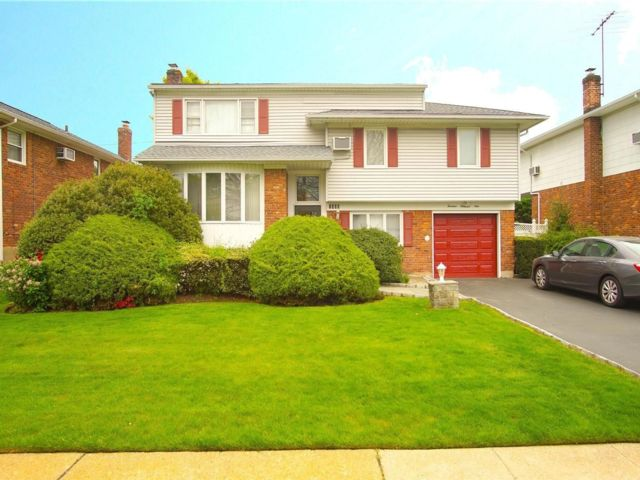 5 BR,  3.00 BTH  Split level style home in Wantagh