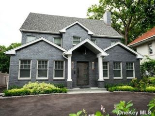 5 BR,  5.00 BTH Colonial style home in Woodmere
