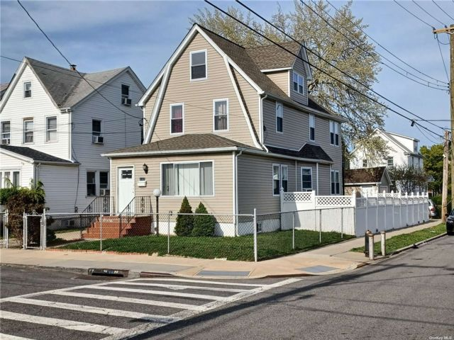 4 BR,  1.00 BTH Colonial style home in Cambria Heights