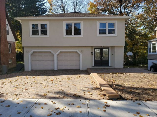 4 BR,  3.00 BTH Hi ranch style home in Great Neck