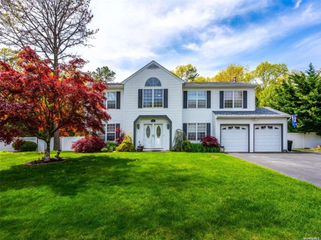 4 BR,  3.00 BTH Colonial style home in Manorville