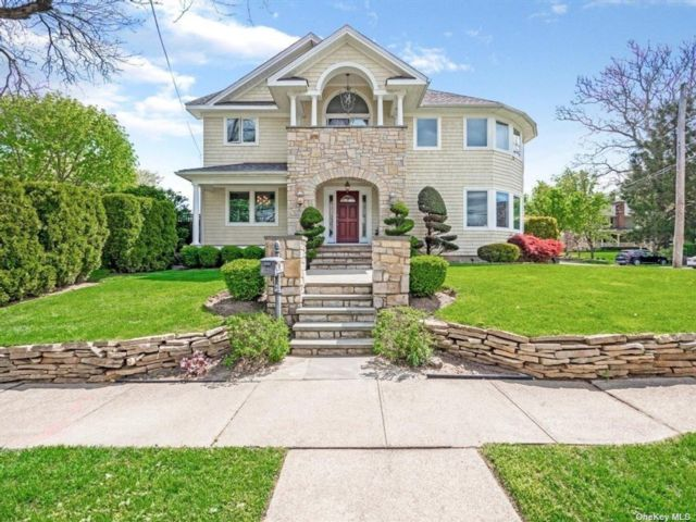 5 BR,  4.00 BTH Colonial style home in Oyster Bay