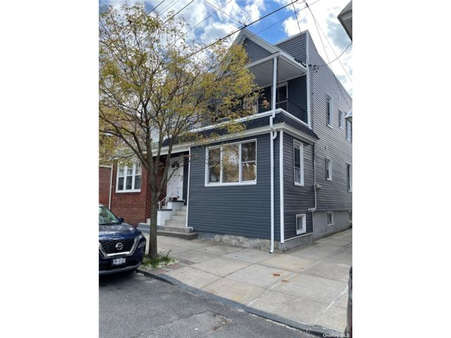 8 BR,  6.00 BTH Colonial style home in Glendale