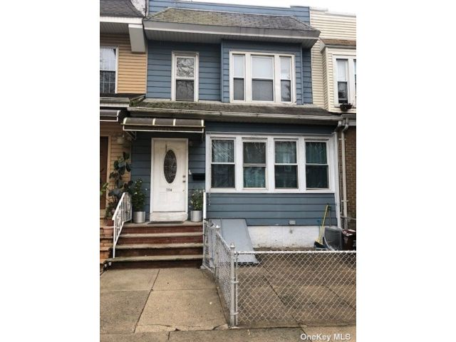 6 BR,  3.00 BTH Colonial style home in Glendale