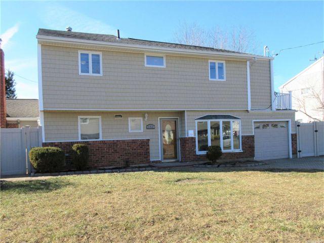 3 BR,  2.00 BTH Splanch style home in Deer Park