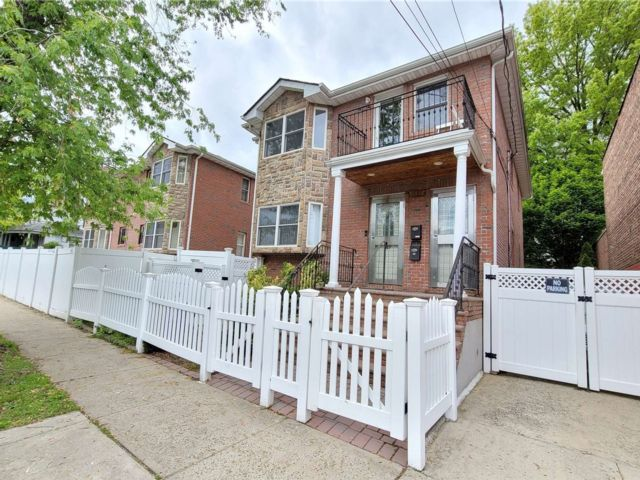 6 BR,  3.00 BTH 2 story style home in Bayside