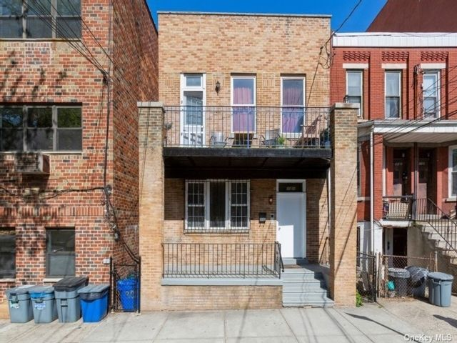 6 BR,  4.00 BTH Townhouse style home in Astoria