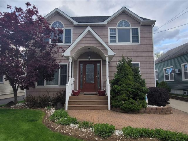 5 BR,  4.00 BTH Colonial style home in Oceanside