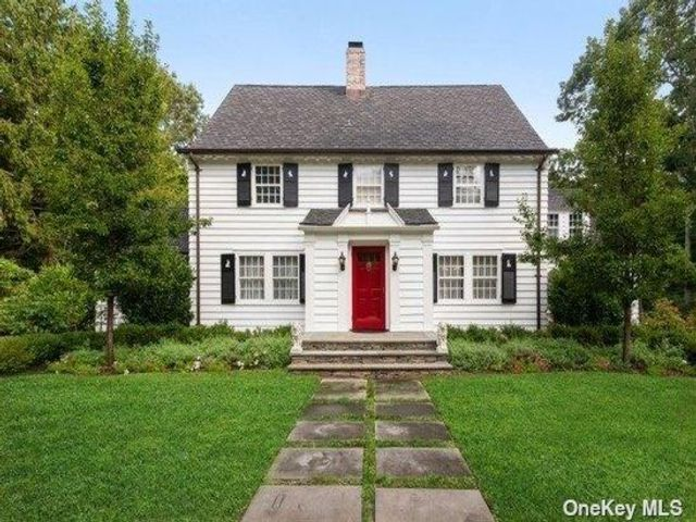 5 BR,  4.00 BTH Colonial style home in Old Field