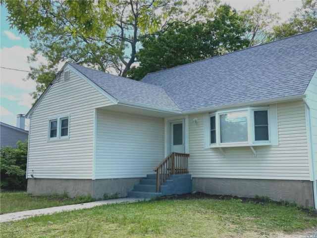 5 BR,  1.00 BTH Exp ranch style home in Lake Ronkonkoma