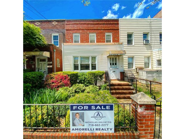4 BR,  1.00 BTH Townhouse style home in Astoria