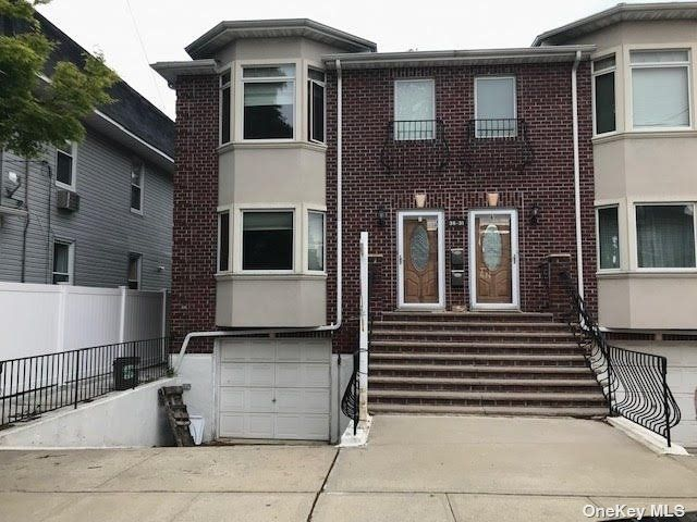 3 BR,  4.00 BTH Townhouse style home in Bayside