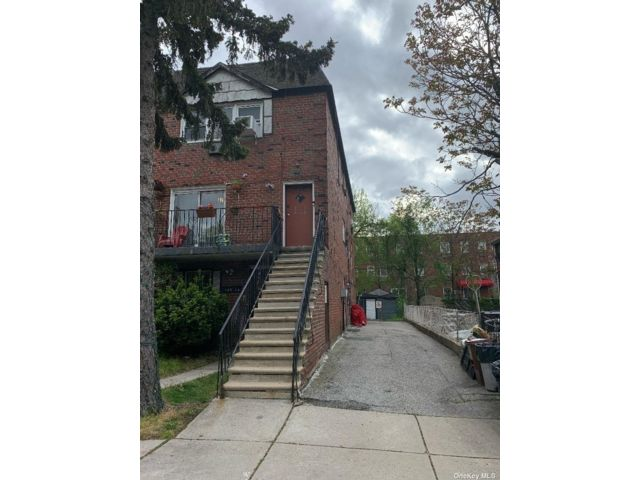 7 BR,  5.00 BTH Colonial style home in Howard Beach