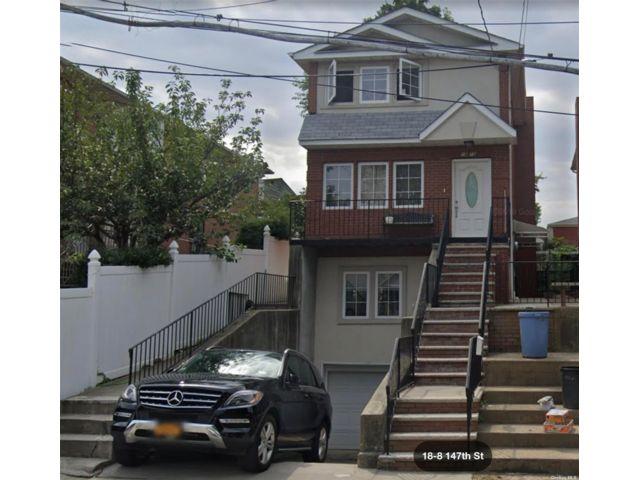 4 BR,  4.00 BTH Duplex style home in Whitestone